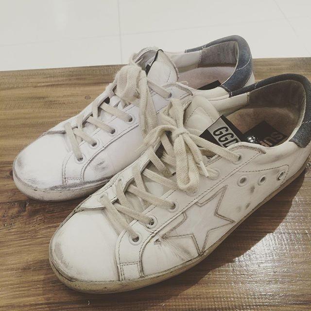 先日お世話になっている方の足元をみたら、ゴールデングースだったので足元パチリ新品だけれども独特のよれ感、色落ち感、ヴィンテージ感がたまりませんね︎︎#足元くら部 #靴磨き女子部#バクバクコアラ#goldengoose #ゴールデングース