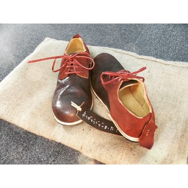 靴磨き女子。。ではなく、靴磨き男子のカマボコBOYのオーダー靴が上がってきました︎ コロンとした形も、麻袋に入れてくれるところも、手書きのメッセージも嬉しい♡⁑HP:@shoecaregirls#新作 #kokochisun3 #ここちさんさん #interest #インタレスト #麻袋 #靴磨き女子部 #ではなくて #靴磨き男子 #アップは #しじみ #足元くら部 #ありがとうございました!