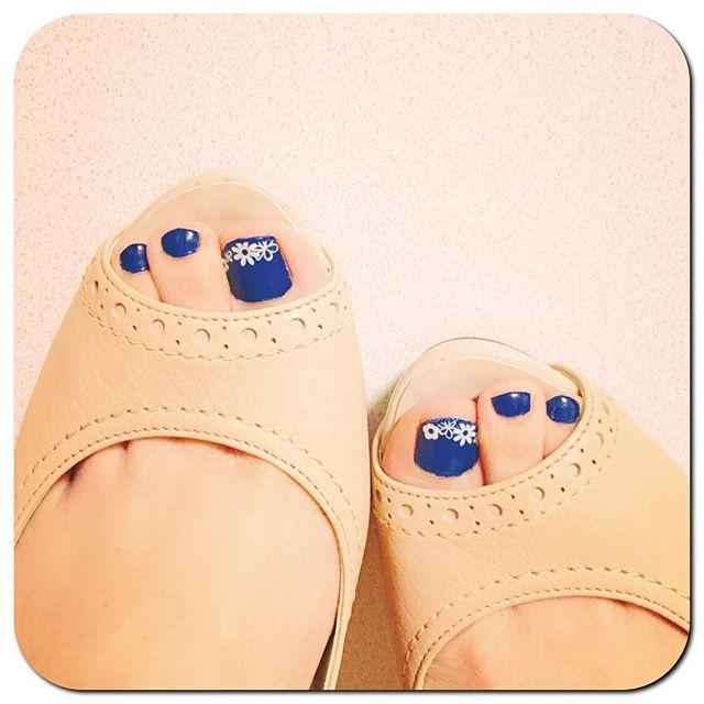 そろそろオープントゥやサンダルの季節ペディキュアをチェンジ!HP:@shoecaregirls #靴磨き女子部#靴磨き女子部ピンクレンジャー#shoes#ハイヒール#DIANA#ダイアナ#しずくネイル#夏ネイル#ほぼ100均ネイル#ネイビーだと思ったのに#ブルーだった#久しぶりのペディキュア