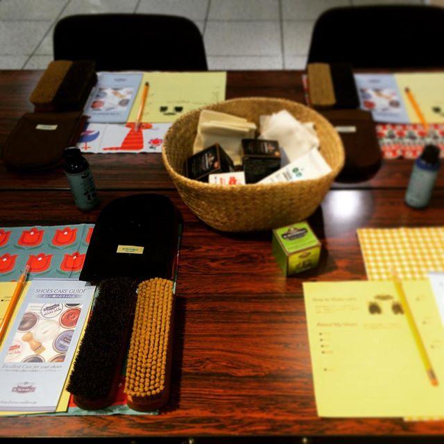 本日の靴磨き女子部ワークショップのお知らせ池袋東武5階紳士靴売り場にて、開催中です。これからの14時〜、16時〜の回ご参加可能です。↓↓↓ 【詳細】シューケアは一度覚えてしまえば、自分のもの(技術)になります。そして、思ったよりも簡単でハードルが低いかも!と思っていただけると思います。楽しく、キレイに、靴のお手入れを一緒に体験しませんか?開催日:7/30(土)各回:午前11時・午後2時・午後4時所要時間:約60分参加費:756円(税込) ※ワークショップ参加後にシューケア認定バッチをプレゼント!定員:各回8組16名様その他:お手入れしたい革靴(スムースレザー)をご用意ください。お申込み・お問合せ:5F 4番地 紳士靴売場 TEL.(直通)03-5951-8359 村上・石渡まで