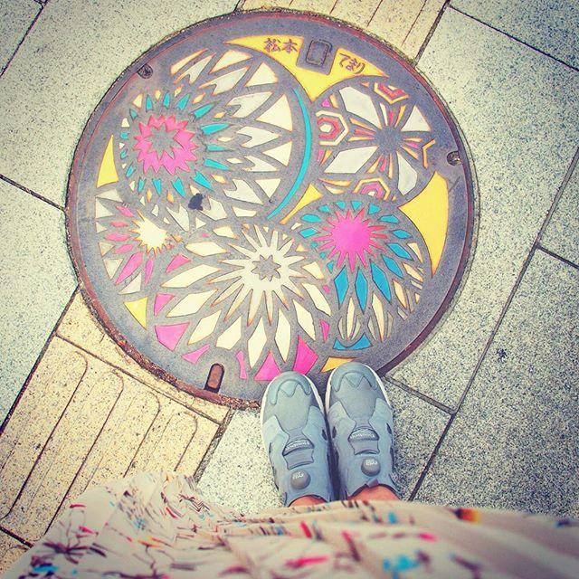 旅で松本に立ち寄りました♩マンホールの手毬柄とワンピースの彩りがおそろいに。よく歩く旅路にはReebokのポンプフューリーHP: @shoecaregirls#靴磨き女子部#バクバクコアラ#shoecaregirls#mowbraymania#モゥブレィ同盟#reebok #pompfury #リーボック#ポンプフューリー #旅#松本#松本てまり