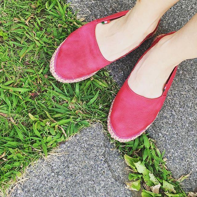 夏の緑とのコントラストが眩しい︎ショッキングピンクのエスパドリーユ***普段履かない色も夏なら履けちゃうから不思議#エスパドリーユ #silfer #shoes #ショッキングピンク #italy #実は #レザー #足元くら部 #靴磨き女子部 #モゥブレィ同盟 #mowbraymania #なつやすみ #ピンクレンジャー #ではなくて #しじみ