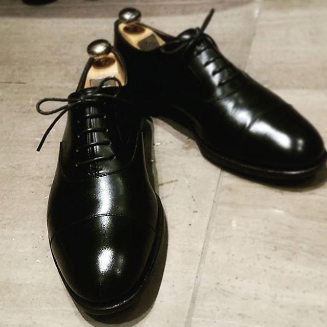 おはようございます!先日磨きました靴をご紹介します。イギリスの名靴、EDWARD GREEN。しかもこれ、女性スタッフの仕事靴なんです〜!堪らないっ!#靴磨き女子部#靴磨き女子部劇団ぴよこ#磨きました #edwardgreen #チェルシー #売り場女性スタッフの靴#だけど#紳士靴#銀座三越#5階リペアコーナー#シューツリー#サルトレカミエ #あしもと倶楽部 #M.MOWBRAY#ストレートチップ#トゥとヒールは#englishguild#beesrichcream @shoecaregirlsお手入れ情報やコラムなどはこちらから☆→http://shoecaregirls.jp/