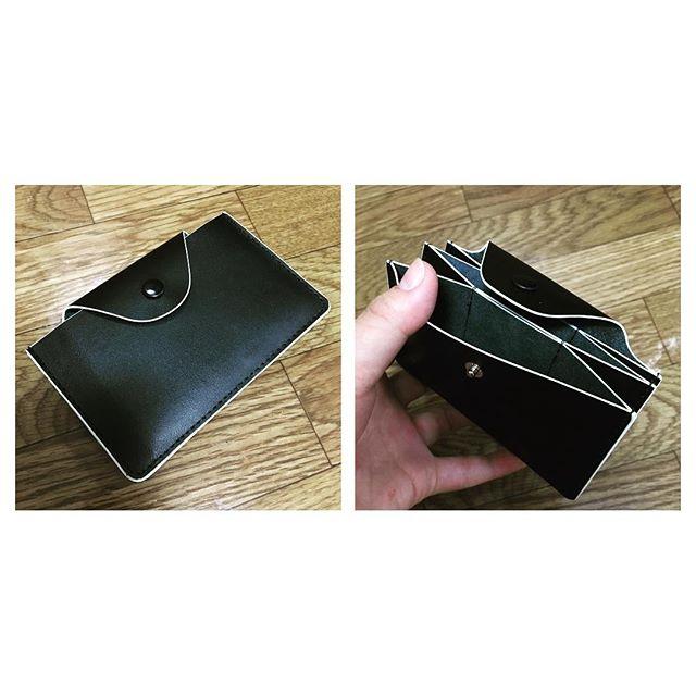 最近名刺入れを新調しました。黒いレザーですが、白い縁取りがあるのでメンズライクになりすぎない所と、サッと名刺を取り出しやすいデザインがお気に入りです︎次はお財布を新調しようかと計画中です…もちろん黒い革財布の予定です︎HP:@shoecaregirls#靴磨き女子部 #靴磨き女子部せんちゃん #名刺入れ #黒い革が好きです #モゥブレィ同盟 #mowbraymania