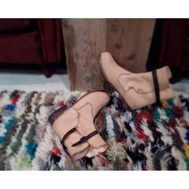 昨年秋から通い始めて遂に完成!デザインからハーフラバーの接着まで、オールハンドメイドの靴作り(^ν^)靴を作るってものすごく大変で、奥が深いと体感しました…#靴磨き女子部 #shoecaregirls #劇団ぴよこ#こうべくつ家#靴作り教室#1作目#handmadeshoes #leather#shoes#boots#jodphurboots