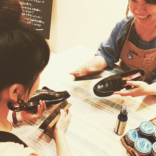 【イベント情報】今週末9月17日(土)は松屋銀座店5階紳士フロアでは靴磨き女子部4人によるシューケアイベント開催いたします!シューケアは一度覚えてしまえば、自分のもの(技術)になります。楽しく、キレイに、靴のお手入れしてみませんか?松屋銀座本店 5階「靴磨き女子部による、シューケアお手入れイベント」靴磨き女子部の4名が当日お待ちしております。靴のお手入れ方法実演を交えてご紹介します。◆靴のブラシのかけ方って??◆靴クリームってどのくらいのつけるの?◆スエードってお手入れできるの?色々なご質問是非ご相談ください!9月17日(土)11時~18時(途中休憩あり)5階 紳士フロア内紳士靴/アトリエメイド/ブリティッシュメイド/ナイジェルケーボンアトリエメイド内では、足型測定フットプリンターによる足裏の形が測定できます。松屋限定のブラシセットも販売いたします・・・♩※靴磨き女子部によるイベントですが、女性限定ではございません。どなたでもご参加いただけます。●お手入れしたい靴をご持参いただくか、お履きになってご来店ください。●革靴(スムースレザー) ・ スエード 素材がおすすめです。●素材によってはお手入れが出来かねるものもございます。予めご了承ください。松屋銀座本店中央区銀座3-6-1 5F 紳士靴売り場Tel:03-3567-1211(代)#靴磨き女子部#シューケアイベント#shoecare#mmowbray