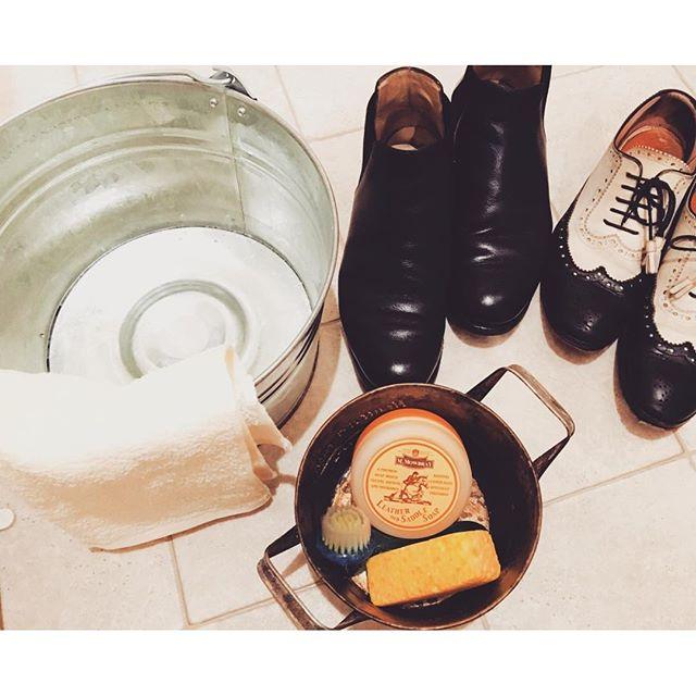 """【週末イベント情報】こんにちは、ついに今週の土日は""""靴磨き女子部""""によるシューケアイベントの開催です!巷で噂の⁈「革靴を洗う」をテーマに、自宅で出来る革靴の洗い方を実演を交えて作業方法ご紹介します。少しのコツをつかめばとっても簡単!靴もさっぱり。雨ジミになってしまった靴、革から汗が塩として白っぽい粉が出てきたケースは、洗うことで改善が期待できますよ。もちろん、靴の磨き方もレクチャーいたします。秋冬靴を履く前にキレイに磨いて秋冬のおしゃれを楽しみにしてはいかがでしょう♩︎ご来店お待ちしてます。【詳細】日程:9月10日(土)/11日(日) 時間:11:00~18:00(途中休憩有り)場所:三越銀座店 2階レディースシューズ中央区銀座4-6-16 2FTel:03-3562-1111(代)#靴磨き女子部#shoecaregirls#シューケアイベント#靴磨き#サドルソープ#革靴洗う#mmowbray"""