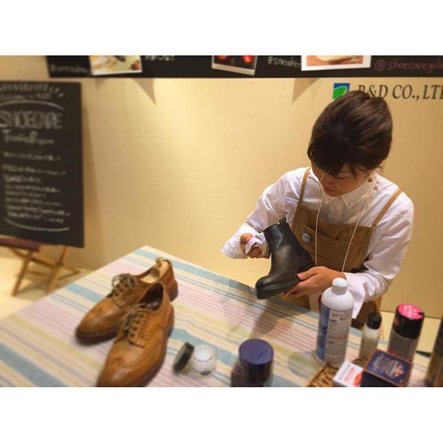 兄弟から3日間rooms33に出店中です☆グリーンメンも自分のブーツのお手入れに余念がありません︎♪#rooms #rooms33 #サイドゴアブーツ #チェルシーブーツ #靴磨き #靴磨き女子部 #モゥブレィ同盟 #グリーンメン