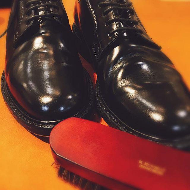 ガラスレザーにはモゥブレィのクリームエッセンシャルと馬毛ブラシ。HP:@shoecaregirls #靴磨き女子部#靴磨き女子部ピンクレンジャー#shoes#blackshoes#leather#ガラスレザー#mowbray同盟 #ツヤツヤ#shoecare#mowbray#平野ブラシ#ブラッシング は#優しくね