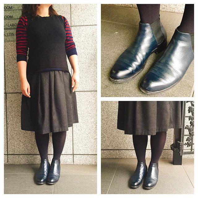 お気に入りのサイドゴアブーツ。ようやく履ける季節♪昨年わたしの手元にやってきて大活躍。2年もも大活躍に間違いなし。最近はネイビーの靴クリームをこまめに塗って、大事に履いてます。#サイドゴアブーツ#黒ではない#ネイビーを選びました#カラーは自分で選べるのがうれしい#オーダー靴#shoecare#mmowbray#モゥブレィ同盟#mowbraymania#araihiroshi#harai#HARAI#navy#ネイビー#ootd#靴磨き女子部のコーディネート#バクバクコアラ#靴磨き女子部#shoecaregirls#靴磨きHP:@shoecaregirls