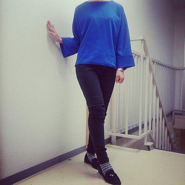 昨日より気温がぐっと下がりましたね体調には気を付けたいところです。本日のコーディネートは少し生地が厚めの青色ニットに黒のストレートパンツ。スエードのパンプスを合わせました。パンプスでも靴下を合わせれば十分温かいですね♪#靴磨き女子部 #shoecaregirls #ハスキー犬 #ハスキーケン #ニット #リヴィイット #liviit #靴のこと #スエード #パンプス #オリエンタルトラフィック #orientaltraffic #ボーダーの靴下 #ストレートパンツ #ビューティーアンドユースユナイテッドアローズ #beautyandyouthunitedarrows #mowbraymania #モゥブレィ同盟 HP:@shoecaregirls