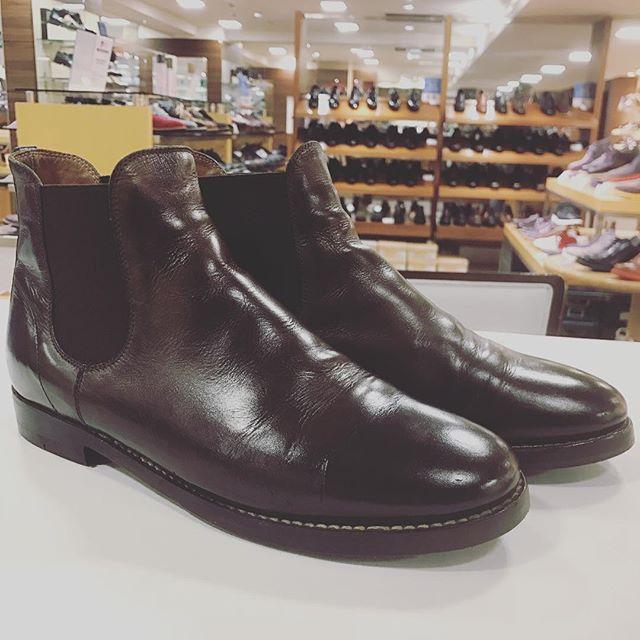 マーガレットハウエルのサイドゴアブーツ。マーガレットハウエルの靴を愛用されている方はとても大事に履いている方が多いなぁと日々感じます。履きこむと表情が変わっていくのもまた素敵なんでしょうね★#shoecare #マーガレットハウエル #MHL #boots #足元倶楽部 #靴磨き #靴磨き女子部 #エスプリ軍曹登場  #mowbray #ナチュラーレ #mowbraymania #fashion
