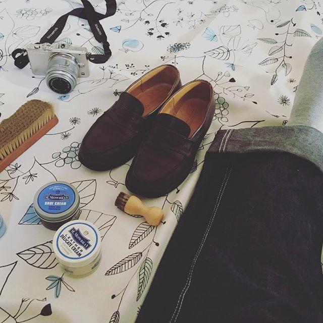 靴を磨く休日もたまには良いものです。靴を磨くと、部屋を片付けた後のような、髪を切った後のような、そんな気持ちよさがあります。#靴磨き女子部#靴磨き女子部こびと#mowbraymania#靴磨き#jmweston#ローファー#靴クリーム