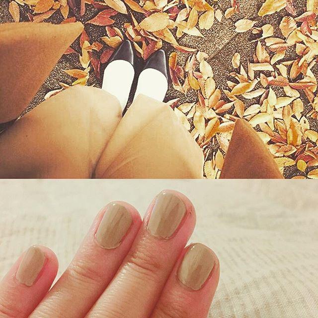すっかり寒くなりましたね。足下の木の葉と同化してましたキャメルやベージュの優しい色を身につけると落ち着きます。靴先も手元も、先までお手入れすると気持ち良いです︎HP: @shoecaregirls #靴磨き女子部#バクバクコアラ#colehaan #コールハーン#セルフネイル部#ジェルネイル