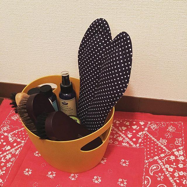 こんばんは。今年も残りあと僅か。今日は玄関まわりのお掃除をしました。カラフルなBOXにブラシとクリームを収納、お気に入りスペースですHP:@shoecaregirls#mowbraymania #靴磨き女子部 #靴磨き女子部せんちゃん #シューケア #靴磨き #収納 #玄関