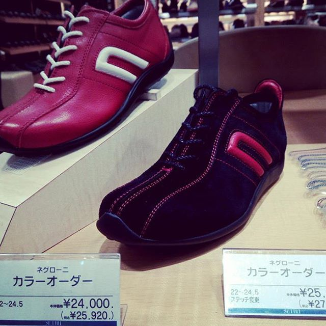自分だけのドライビングシューズが欲しい…。そんな方にお知らせです!池袋西武5階紳士靴売り場では日本初のドライビングシューズブランド【negroni】のパターンオーダー会を12月18日まで開催中!革やステッチを選んで自分だけの一足が作れます(*'ω' *)紳士靴売り場ですが…レディースサイズもございますのでぜひ!#靴磨き女子部#劇団ぴよこ#池袋西武#紳士靴売り場#でも#レディースサイズも#パターンオーダー#ドライビングシューズ#negroni#足元くらぶ#リペア工房もすぐですよ#mowbraymania #モウブレイ同盟HP:@shoecaregirls