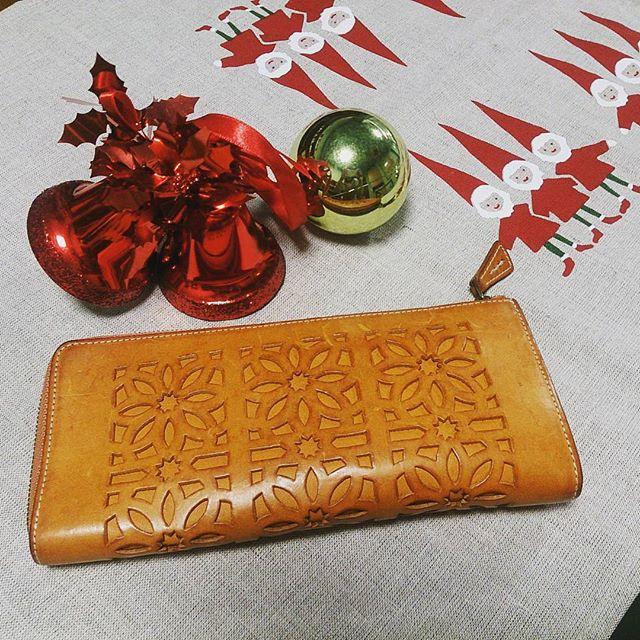 8月に購入したgentenの長財布。使い込んでだんだんと色合いに味が出てきました革って良いですよね #靴磨き女子部 #shoecaregirls #ハスキー犬 #ハスキーケン #genten #財布 #革小物 #モゥブレィ同盟 #mowbraymania #サンタクロース #クリスマスモードHP:@shoecaregirls