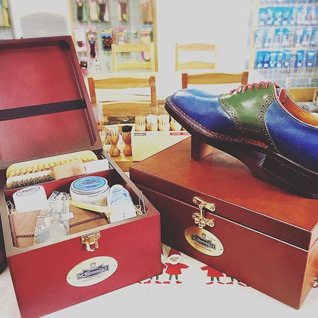 .靴好きにはたまらない木箱入りのシューケアセット靴好きのあの人に・・・プレゼントはいかがですか︎HP:@shoecaregirls#靴磨き女子部 #靴磨き女子部グリーンメン #mmowbray #mowbraymania#モゥブレィ同盟#靴磨き#シューケアセット#プレゼント