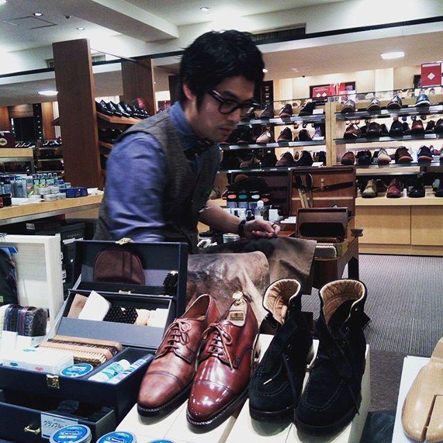 池袋西武5階紳士靴売り場にて靴のお手入れ&クリスマスギフト相談会を開催しています!今ならシューケアBOXもありますよ!TOY筋大先生が来ていますので、なんでも聞けるチャンスです!! お待ちしています(*'ω' *)♡ #靴磨き女子部#池袋工房#劇団ぴよこ#toy筋 #池袋西武#紳士靴売り場#靴のお手入れ相談会#シューケア#クリスマス#プレゼント選び#シューケアBOX#mowbraymania #モウブレイ同盟 #mowbray#R&D