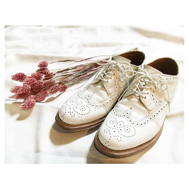 .ホワイトレザーの革靴は春夏も軽い印象を与えてくれる。早くも春が待ち遠しい。#mowbraymania#mowbray同盟#ホワイトレザー#ガラスレザー#春夏も大活躍#革靴#靴磨き女子部#靴磨き女子部こびと#beams#4年選手#春まで封印