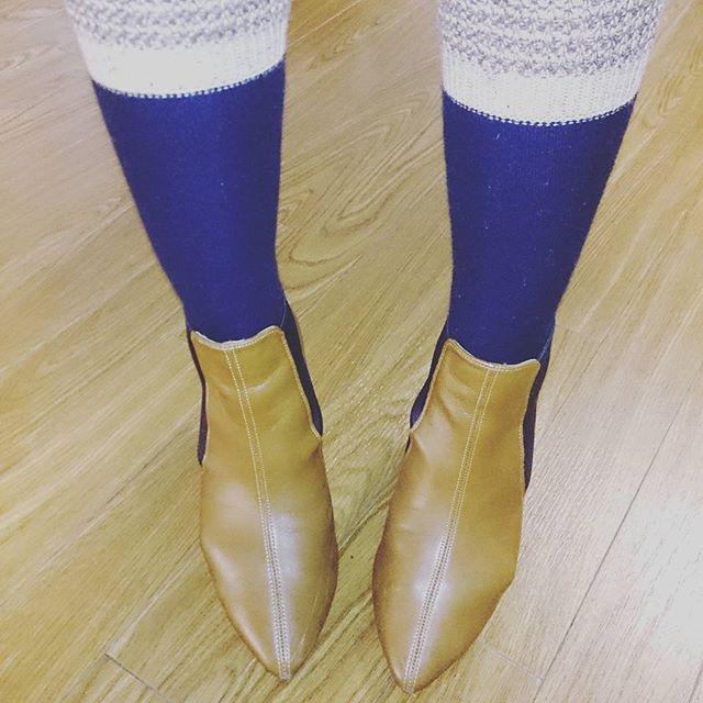 寒いですね ショートブーツでもロングタイプの靴下を合わせれば温かい #靴磨き女子部 #shoecaregirls #ハスキー犬 #ハスキーケン #ハイソックス #サイドゴアブーツ #キャメル #キャメル #livi #シューケア #mowbraymania #モゥブレィ同盟 #靴下くら部 #足元クラ部 #靴磨きHP:@shoecaregirls