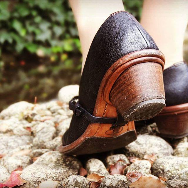 なぜ、靴のホコリをはらわないのでしょうか。ヒールは土埃が付きやすいところ。1日でかなり白く埃を被ります。自分では見えなくても、人からはよーく見えるんです…! 家に帰ったら、ササッと馬毛のブラシをかけてあげれば綺麗は保てます。#shoecaregirls#靴磨き女子部#お手入れ#革靴#パンプス#ヒール#kokochisun3#ブギウギパンプス #こうべくつ家#handmadeshoes#horseleather#オーダーシューズ#劇団ぴよこ