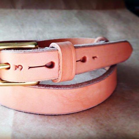 ヌメ革でできたベルト。暫くはベランダで日焼けさせました。。これからのエイジングが楽しみです(*'ω' *)♡ #leatherbelt#ヌメ革#aging#leather#jabezclife #28mm#mowbraymania#靴磨き女子部#shoecaregirls #劇団ぴよこ