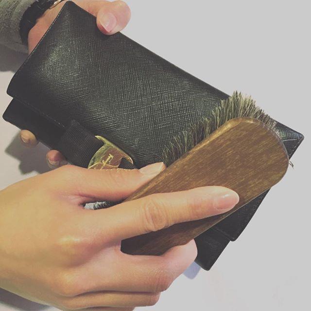 .革小物もブラッシングでデイリーケアを、、ちょっとしたら汚れはさっと取れますよ◎HP:shoecaregirls#靴磨き女子部#グリーンメン #ブラッシング#財布#型押しレザー#mmowbray #mowbraymania #shoecaregirls #dailycare
