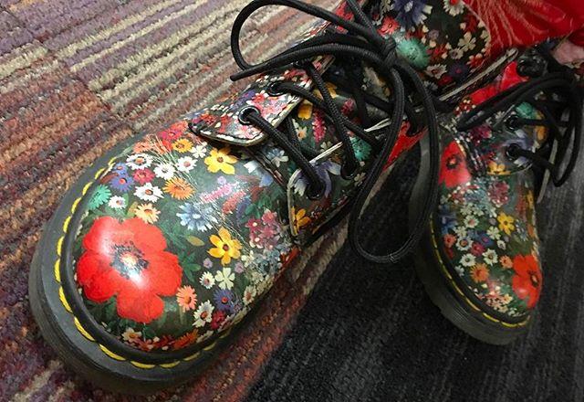 色鮮やかな足元が目を惹くブーツはDr.マーチンのもの。とっても素敵だったので写真を撮らせて頂きました︎靴にも春らしさは必要ですね♡#drmartens #ドクターマーチン #ブーツ #別注 #春 #足元くら部 #mowbraymania #靴磨き女子部 #しじみ
