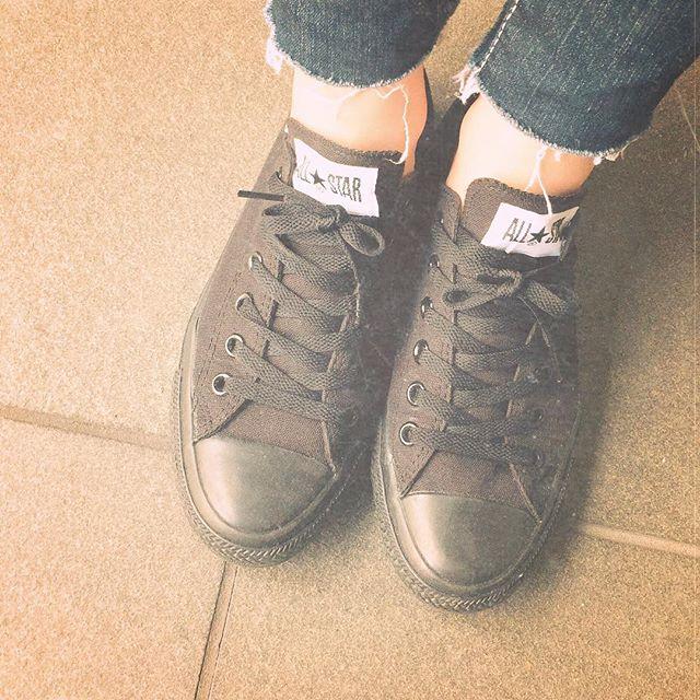 最近はスニーカーを履くことが増えました😎黒は合わせやすいので出番が多いですHP:@shoecaregirls #converse#blacksoes#sneakers#ootd#本日の足元チラ#靴磨き女子部#靴磨き女子部ピンクレンジャー#マウジーデニム  を切ってみた#コンバース#スニーカーコーデ #スニーカースタイル