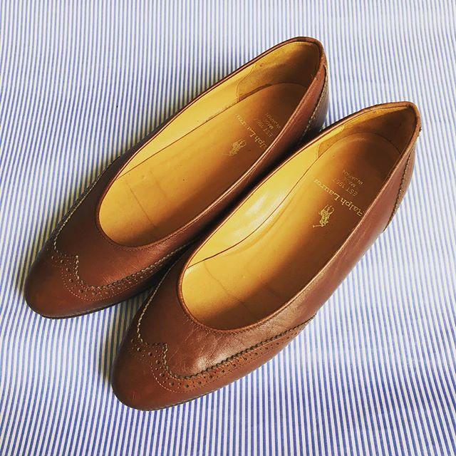 先日、とある方からいただいたラルフローレンのパンプス。これを履くときはストライプのシャツと合わせたいな〜と思い、背景をストライプにしてみました︎ #靴磨き女子部 #靴磨き女子部せんちゃん #mowbraymania #ralphlauren #shoecaregirls #靴磨きHP:@shoecaregirls