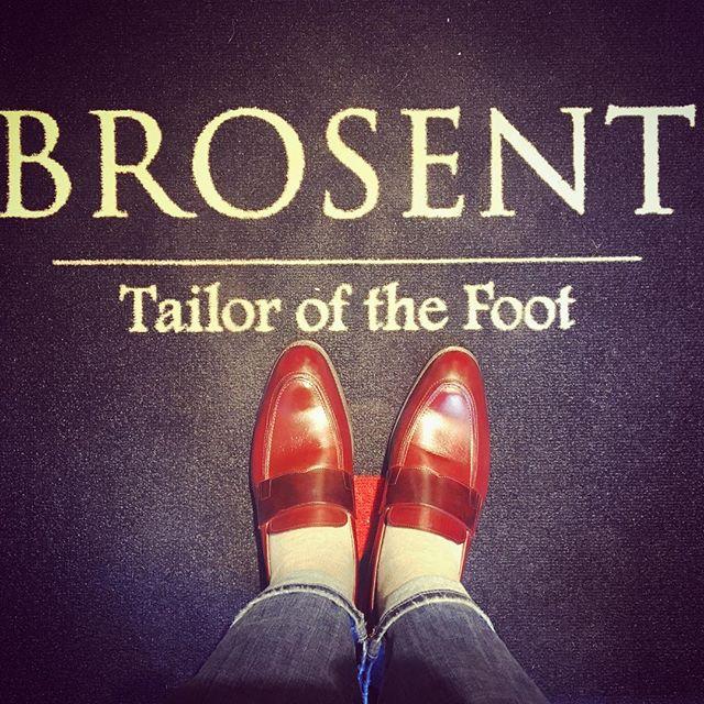 春ですね♪新しい靴を迎えました!!脱ぎ履きが快適なローファーが好きなのと赤っぽい靴が欲しかったのですが、真っ赤は少し勇気がいたので赤みを感じるチョコレート色に仕上げていただきましたBROSENTのオーダー靴は、イメージの色に合わせてご提案してくださいます!今回素敵なカラーリングにしていただいて大大大満足です♡#brosent #オーダーシューズ#カラーがお気に入り#靴磨き女子部#shoecaregirls #バクバクコアラ