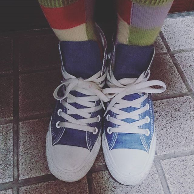 青のスニーカーにカラフルソックス組み合わせてみました 組み合わせ次第で季節感も演出できますね#shoecaregirls #靴磨き女子部 #ハスキー犬 #ハスキーケン #converse #コンバース #靴下 #靴下くら部 #靴下屋 #足元クラ部 #モゥブレィ同盟 #くつのこと #mowbraymania #青色の #スニーカー #靴好き #靴下ファッションを楽しむ #春がきた HP:@shoecaregirls