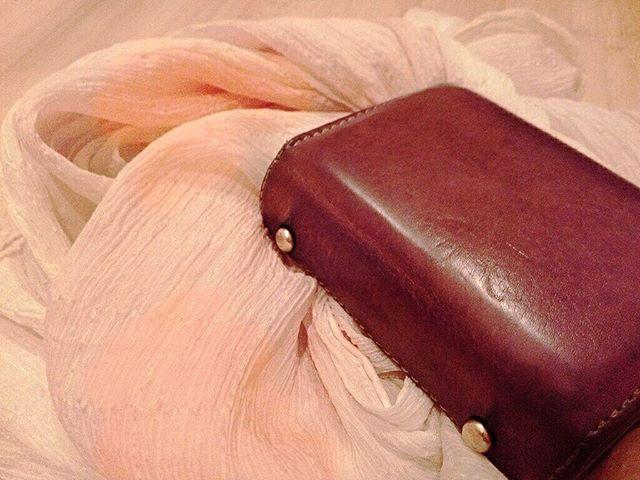 4年目の春を迎えたお財布。桜で染めた革で作られたもので、最初は淡い桜色でした。気付けばすっかり落ち着いたブラウンに。#靴磨き女子部#shoecaregirls#劇団ぴよこ#革#leather#お財布#maito#エムピウ#蔵前#桜染め#桜染め#naturaldyeing#桜#実は#一緒に写ってる#ストールも#桜染め