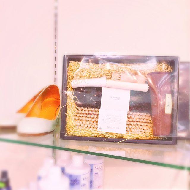 松屋銀座さんのFINE GINZA MARKET イベントに参加します!M.mowbrayも充実した豊富なシューケアのラインナップを用意してます♪会場ではレザーケア方法もご案内します。4/14(金)4/15(土)は【革靴のお手入れ方法を基本を学ぶワークショップ】もありますよ!●14日・15日の各日午前11時から/午後3時から●参加費:無料●定員:各回6名様 ※お手入れしたい革靴(表革)をお持ちください==============クリエーター、クラフトマン、デザイナー、職人が提案するオリジナリティあふれる品々が一堂に!FINE GINZA MARKET4月12日(水)-17日(月)松屋銀座8階イベントスクエア<最終日17:00閉場> ◎詳しくはこちら⇒ http://www.matsuya.com/fineginzamarket/=============== #fineginzamarket#ginza#matsuyaginza#松屋銀座#mmowbray#Mモゥブレィ#shoecare#革靴お手入れ#靴磨き女子部#平野ブラシセット は¥11000+taxHP:@shoecaregirls