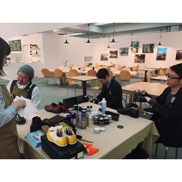 ..本日銀座松屋さんでワークショップを開催しました普段靴磨きされる方から靴磨きを知りたい!という方までご参加いただきました明日4/15(土)も【革靴のお手入れ方法を基本を学ぶワークショップ】がありますので、気になる方はぜひお気軽にご参加ください! ●15日の午前11時から/午後3時から●参加費:無料●定員:各回6名様 ※お手入れしたい革靴(表革)をお持ちください==============クリエーター、クラフトマン、デザイナー、職人が提案するオリジナリティあふれる品々が一堂に!FINE GINZA MARKET4月12日(水)-17日(月)松屋銀座8階イベントスクエア<最終日17:00閉場> ◎詳しくはこちら⇒ http://www.matsuya.com/fineginzamarket/=============== #fineginzamarket#ginza#matsuyaginza#松屋銀座#mmowbray#Mモゥブレィ#mowbraymania #paraboot #shoes#クリエイターHP:@shoecaregirls