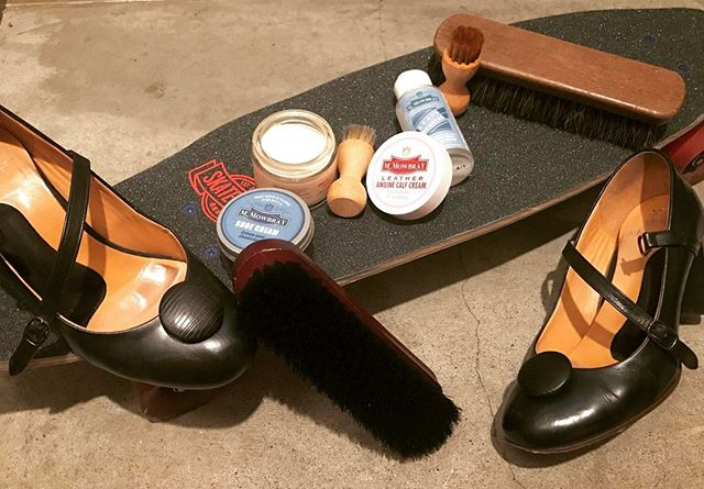 シューケアをする場所って人それぞれですよね。*ベランダで椅子に座ってのんびり*お家の中に布を敷いて…など玄関派の私は、スケートボードをケアグッズを置く台代わりにしています。実はすごく、ちょうどいいんですよ︎️#シューケア #靴磨き #mowbray #mowbraymania #靴磨き女子部 #足元くら部 #パンプス #chaussure #real #skateboard #スケートボード #sk8 #しじみ