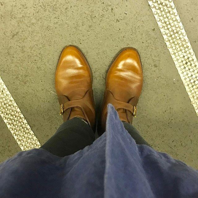 ご縁で私のもとへ舞い込んだブーツは本当に履きやすくて、かっこよくて。でもそろそろ今シーズンは履き納め!キレいにして、また秋から履きます︎♡#jhonlobb #ブーツ #靴磨き #shoe活 #shoecare #足元くら部 #mowbraymania #靴磨き女子部 #しじみ