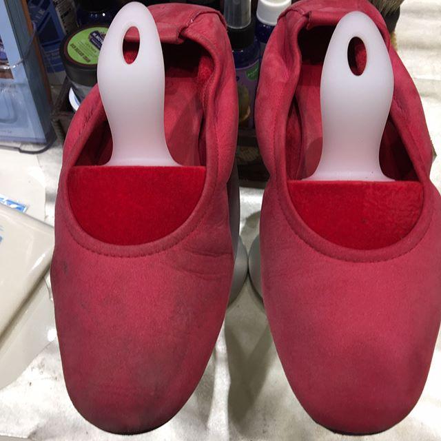 三越銀座店2階婦人靴売り場にて『靴のお手入れ相談会』開催中です︎本日最終日です!只今お手入れ中。スエードの靴を片付ける前に汚れが気になるとのことで、ケアしました!1枚目:左側がケア前 右側がケア後↓2枚目:使用したのは「M.モゥブレィ ラテックス&スプラッシュブラシ」両面使えるのですが、片側が生ゴムタイプのブラシになってます。こちらの面で汚れを吸い取るようにブラッシングしました♪↓3枚目:ブラシに汚れが吸着してます!このブラシだけでも黒ずみ汚れが目立たなくなりました。最後にスエードの栄養スプレー「M.モゥブレィ スエードカラーフレッシュスプレー」をかけて完成です!靴の状態にもよってお手入れの仕方も異なるのですが、参考にしていただければ嬉しいです♪#靴磨き女子部 #RandD靴のお手入れ相談会#銀座三越#ginzamitsukoshi