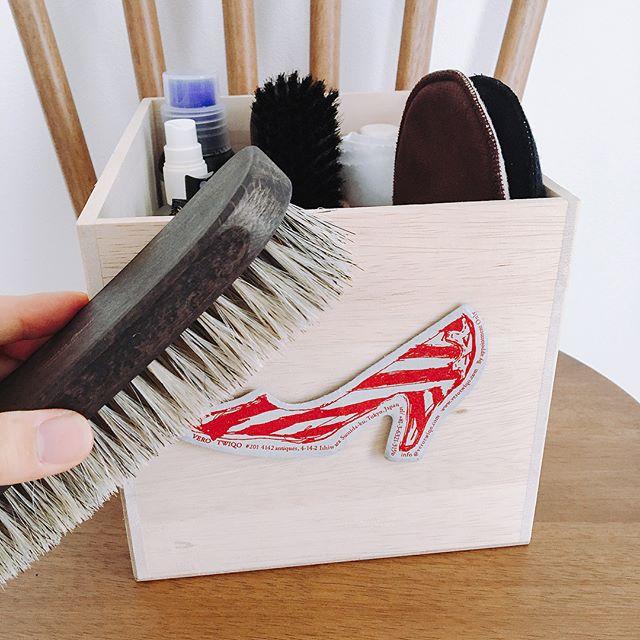 ブラッシングって大事!1日履きつづけた靴、結構汚れてるんです、、!靴は地面に一番近い部分でもありますから、ホコリがとってもつきやすいのです。玄関にブラシを置いといて、履いたままササッとブラッシングをするだけでも、立派なシューケア♪紗乃織ブラシ(SANOHAT BRUSH)馬毛ブラシはやわらか毛質でデイリーケアのブラシとして最適ですよ︎#靴磨き女子部#shoecaregirls#バクバクコアラ#靴のこと#革靴磨き#shoecare#シューケア#mowbray#mowbraymania #紗乃織ブラシ #SANOHATBRUSH #シューケアボックス#カスタマイズ#shoe活2017
