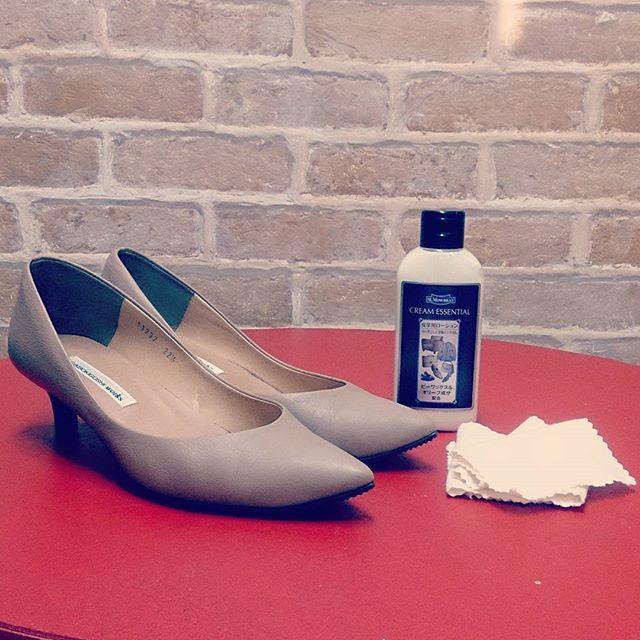 本日は少し濃い目のベージュパンプスを #モゥブレィ #クリームエッセンシャル でお手入れ伸びが良いローションなのでお手入れがラクラク♪ ☆靴磨き女子部のInstagramキャンペーン実施中です!!☆ 5000円分クオカードとシューケア用品を6月~8月の期間中3名様にプレゼントいたします!お気に入りの靴をお手入れしている写真や、靴磨きを楽しむシーン、お気に入りのシューケア用品などなど、靴磨きのある風景やライフスタイルの魅力を写真にとってご応募ください!.【応募方法】①テーマイメージの写真を撮影②@shoecaregirlsをフォロー③コメントとハッシュタグ「#靴磨き女子部 #shoe活2017」をつけ、@shoecaregirls をタグ付けし投稿するその他キャンペーン詳細は @shoecaregirls プロフィール記載のURLをクリックいただき、コラム【靴磨き女子部とSHOE活はじめませんか? Instagram PHOTO CONTEST】をご覧ください☆みなさまのご応募お待ちしております☆#shoecaregirls #ハスキー犬 #ハスキーケン #モゥブレィ同盟 #mowbraymania #靴のお手入れ #革靴 #パンプス #essay #ラボキゴシワークス #ポインテッドトゥ