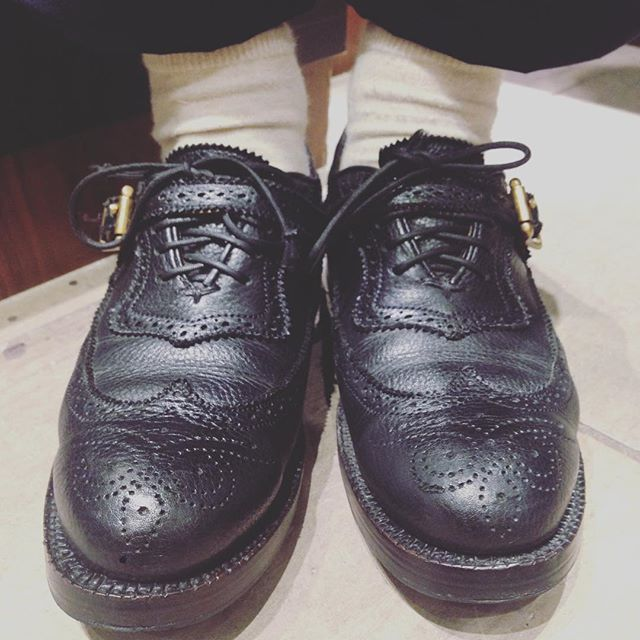 大先輩、こびとさんの足元を激写!! 愛用のユケテン、エイジングもいい感じに進んでます。履きこむごとに出てくる味わいこそ、革靴の大きな魅力ですね。#靴磨き女子部 #靴磨き女子部セガール #mowbraymania  #ユケテン #革靴 #エイジング #shoe活2017