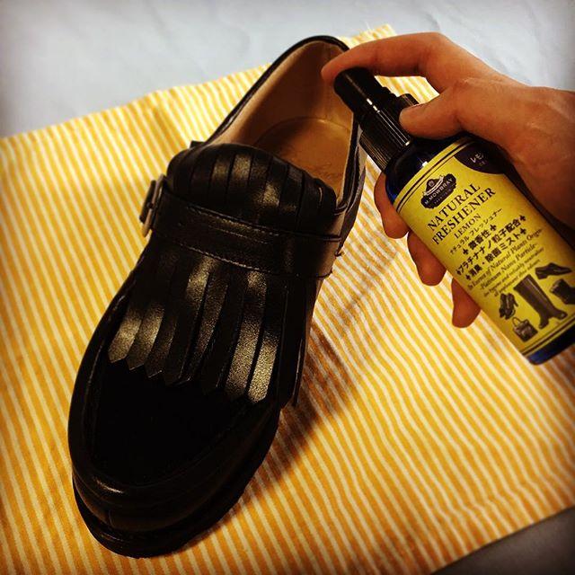 1週間おつかれさまです!頑張った靴を消臭してあげましょう🍋🍋#shoe活2017 #靴磨き女子部 #オノシャルD #シューフレッシュナー #レモングラス#消臭#tgif