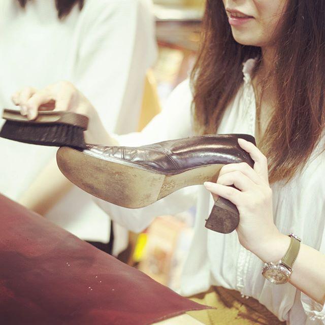 靴磨き女子部を取材していただきました丁寧な暮らしにはお手入れが必要です。THE WORLD ELEMENTSさんのサイトからご覧いただけます HP:@shoecaregirls#shoecaregirls#靴磨き女子部#丁寧な暮らし#靴のこと#レペット#バレエシューズ#シンプルな暮らし#ベルベットキーパー#物を大切に#スエード#パンプス#ダイアナ#お手入れ簡単#theworldelements