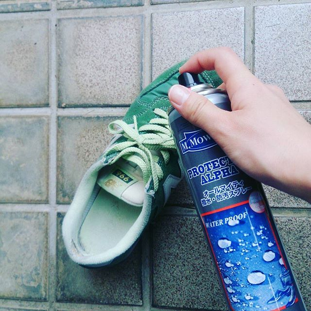 先日、情報ライブ ミヤネ屋でも紹介された防水スプレー #モゥブレィ #プロテクターアルファ。今日は雨だったので自宅でスプレーしてから通勤に雨の中でも安心コンビ素材でも使用出来るのでとても便利です☆#靴磨き女子部 #shoecaregirls #shoe活2017 #ハスキー犬 #ハスキーケン #靴のお手入れ #ニューバランス #newbalance #スニーカー #コンビ素材 #雨 #雨の日も安心 #防水 #防水スプレー #モゥブレィ同盟 #mowbraymaniaHP:@shoecaregirls