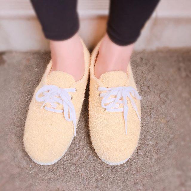 知人の足元にコロッケ…もふもふの靴も履きこなせる彼女が羨ましい♡HP:@shoecaregirls #本日の足元チラ#靴磨き女子部#靴磨き女子部ピンクレンジャー#コロッケ#もふもふ#スニーカーコーデ#アウトレットシューズ#本当は全身お見せしたいくらい#おしゃれさん しかし#恥ずかしがり屋さん です。#おもしろい靴#歩きやすい靴#足元倶楽部#足もとクラブ#お出掛けコーデ #雨で中止