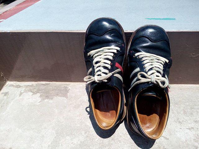 3年目に突入したスニーカー!…にみえますが、本格的な革靴です(๑•̀ㅁ•́๑)✧ 初めて色付きのクリームで補色した記念に一枚。これからもよろしくね♡#kokochisun3 #monkey#こうみえて#マッケイ製法#しかも#ヒドゥンチャネル#leather#leathershoes#足元倶楽部#ていねいな暮らし#靴磨き女子部#劇団ぴよこ