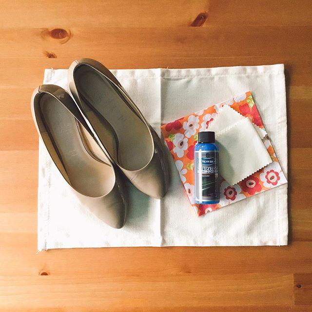 エナメル素材はお手入れも簡単。水にも強いので働く女性にオススメです!今日は靴にも栄養(ごはん?)をあげます。使用するのは2点#ラックパテント#ポリッシングコットンみなさんは、最近靴を労ってあげていますか?靴にも休息と栄養を。HP:@shoecaregirls#shoecaregirls#靴磨き女子部#靴磨き女子部ピンクレンジャー#shoe活2017#置き画くら部 #置き画#エナメルシューズ#ベージュコーデ#靴のゴハン#おしゃれさんと繋がりたい#セリアパトロール#ペーパーナプキン#花柄かわいい#歩きやすい靴#シンプルな暮らし#本日の足元チラッ#お手入れ簡単#mowbray#mmowbray#mowbraymania
