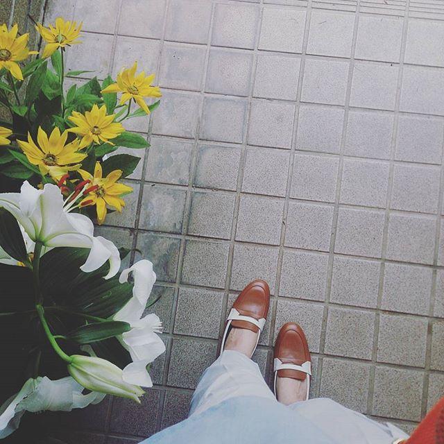 ユリの香りって良いですよね。自宅の玄関を出るとふわっと香ります。涼しいホワイトパンツに、先日買ったリーガルのローファーを履いてお出かけ。肌を見せて履けば夏のスタイルです!#インスタグラムキャンペーン中 クオカードとお手入れグッズプレゼントします詳しくはこちらご覧ください☆ HP:@shoecaregirls#shoe活2017 #靴磨き女子部 #ハスキー犬 #ハスキーケン #ユリの花 #玄関先 #リーガル #regal #前からほしかった #ローファー #革靴 #くつのこと #足元クラ部 #夏 #ホワイトパンツ #イッツインターナショナル #itsinternational