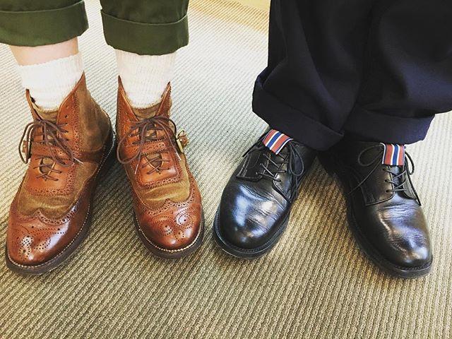 .いつかのユケテンコンビ。.私の履くブラウンのブーツは5年目になります。.修理と磨きを繰り返しても履きたい大切な1足です。#yuketen#ユケテン#隣の黒靴はタピ岡氏#コンビ素材#靴磨き女子部#靴磨き女子部こびと#shoe活2017#mowbraymania#革靴#シューケア